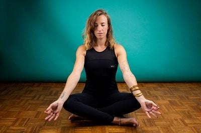 les bienfaits du yoga se tenir droit