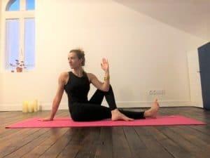 La posture de la demi-torsion avec une jambe allongée