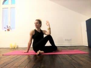 La posture de la demi-torsion assise