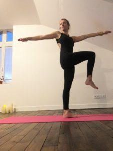 posture de yoga detox torsion en équilibre debout