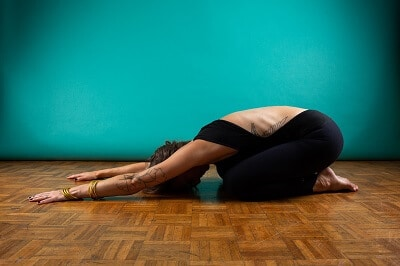 La posture de l'enfant pour relâcher la pression et détendre le dos