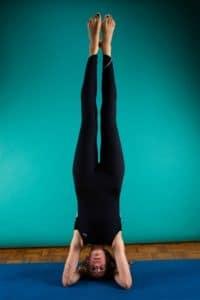 La posture sur la tête permet de favoriser la concentration et de vider les pensées
